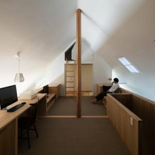 プライベート空間として利用する2階の床には、麻のロールカーペットを採用。素材感が良く、素足で過ごすのも気持ちいい