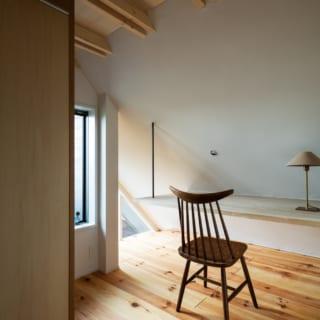2階主寝室の反対側には、将来を見据えて子ども部屋も設けた。カウンターデスクを造作し、ちょっとした隠れ部屋のような雰囲気に