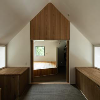 2階の奥にある主寝室は38cm上げた床をベッド台として使用。広いクロゼットとして利用できるハンガーパイプを備え付けた