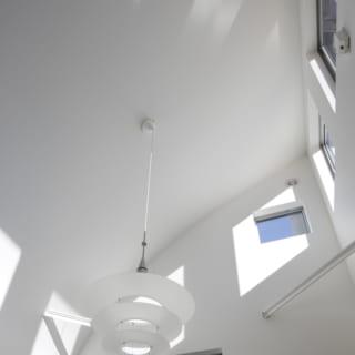 天井の光井戸。このように小窓をランダムに配置することで、光のグラデーションが室内を明るく照らすよう工夫されている