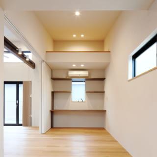 個室は奥様の作業スペースのほか来客時の寝室にも。ロフトが設けられ収納を確保。