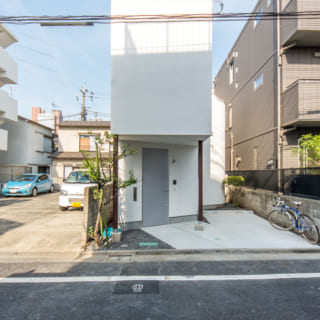 道路から見た全景:駐車スペースをつくるために間口の細い建物となっている