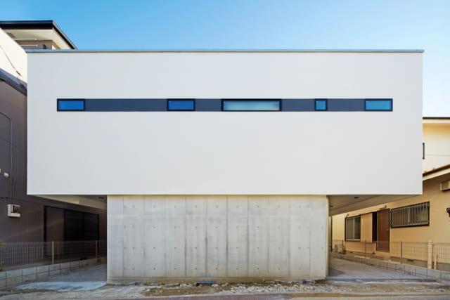 四角い箱を積み重ねたかのような外観。1階のRCと2階の左官職人による塗壁のコントラストが美しい