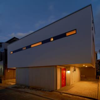 夜になり灯りが灯ると、デザイン性の高い外観がいっそう引き立つ