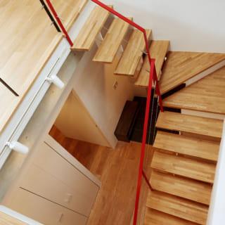 階段を登った先には大きく開けたリビングが。落下防止フェンスを壁に収納すると、額縁のようなイメージに