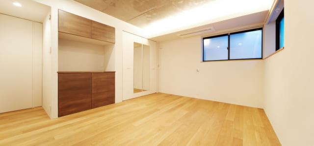 広くとられた1Fの寝室は、玄関からのダイレクトアプローチ。ウォーキングクローゼットもあり収納力も抜群