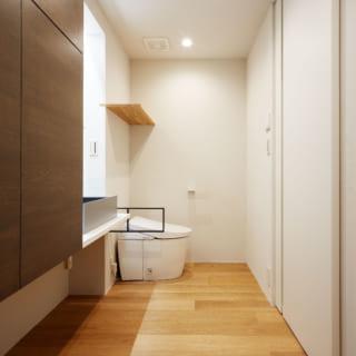 Sさんご要望のホテルライクな水回り。寝室と隣接しシンプルな動線となっている