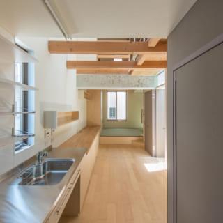 キッチン:吹き抜けにより広がりのある空間となっている
