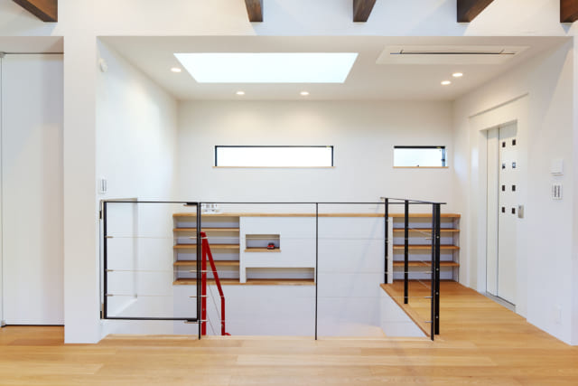 階段上に設けられた落下防止フェンス。黒いフレームとワイヤーというシンプルな構造とすることで、光を遮らずデザイン性も高めた