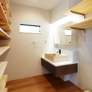 キッチン隣のユーティリティースペース。パントリーやランドリールームを兼ね抜群の家事動線