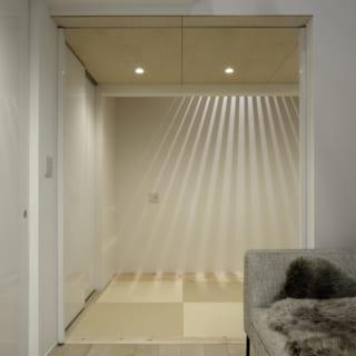 1階の畳スペース。2階のスノコ状のルーバーから放射状に差し込む光が幻想的