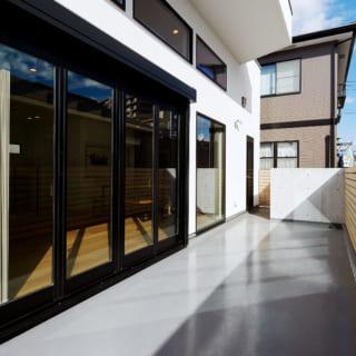 広々としたバルコニー。大きな開口が室内へ明るさをもたらしている。冬は高窓から日差しが入り夏は庇が日差しを防ぐ設計となっている