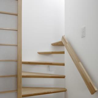 2階へと上がる階段。階段にも光を取り入れるべく、スケルトンのテイストを用いている