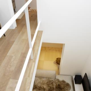 2階の書斎スペースから1階のリビングを見下ろしたところ。2階の奥のルーバーが1階の和室へとつながり、光や風を通すよう工夫されている