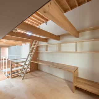 寝室:仕事のための道具を置くために造り付けの棚を設置