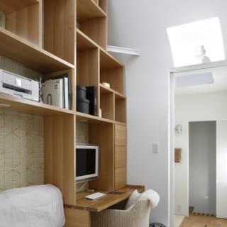 作り付けの書棚を備えた書斎スペース。ランダムに組まれた書棚のデザインが遊び心を感じさせる