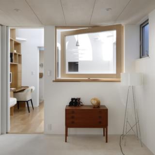 2階にある洋室。こちらにも大きな窓が設けられており、吹き抜けからの明るい光を取り込むことができる