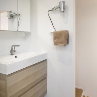 2階にはバス、トイレ、洗面台などの水回りも設置され、プライベートな空間が集められた