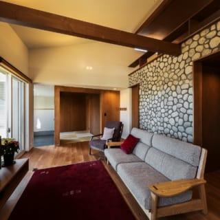 ロフトに向かってリビングの天井が上がっていくため、野面石積みの壁に自然と視線が集まる仕掛けだ。