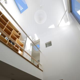 1階から見上げた2階の書斎スペース。天井高も7ⅿほどあり、開放的溢れる空間