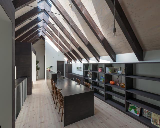 梁と構造用合板をあえて見せた天井。梁も合板も木目が見えるように、自然素材系の塗料で塗っている。床はパイン材