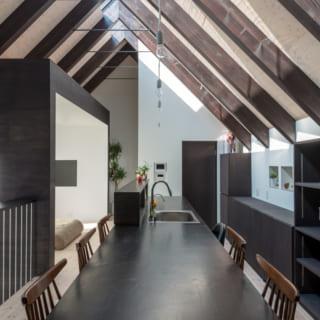 一体型の長~いキッチン&ダイニング。収納もたっぷりと設けられているので、モノがあふれないすっきりとした空間に