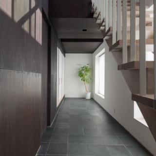 手前側の扉が洗面所・バスルーム。奥の障子で仕切られた部屋がヨガ室だ。土間の窓に腰掛けてのんびり過ごすことも多い