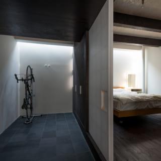 玄関の正面の障子を開けると寝室。開き戸がシューズクロークに。細長い天窓から光が差し込み、どこか幻想的な印象だ