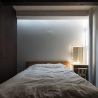 1階の寝室。寝転ぶと天窓から星が見えるのだとか。ベッドの反対側は納戸スペースだが、仕切るための壁は設けていない