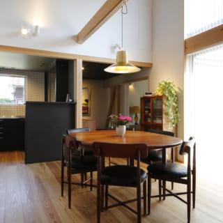 落ち着いた家具が配されたダイニングスペース。中央にはエクステンションタイプのアンティークのテーブルが置かれ、空間のアクセントとなっている。この家に置かれた家具はご夫婦で相談しながら一つづつ集めてきたもの