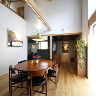 1階と2階が一体感を持ってつながるよう、吹き抜けの高さを抑えるとともに、ギャリースペースや階段前のホールも天井を低く抑えているのが特徴