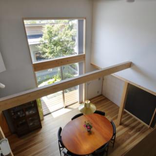 2階から見下ろしたダイニング。2階からも中庭の風景を見下ろすことができる。1階から見る景色とは違った角度から眺めるのもまたフレッシュな印象