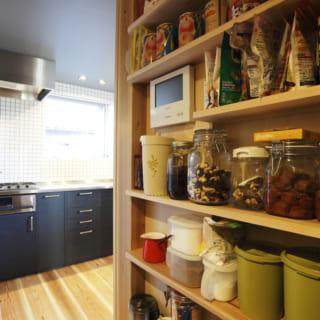 キッチンの収納スペースもしっかり確保。パントリースペースが来客が来ても見えない場所にあるので、キッチンをスッキリ見せることができる