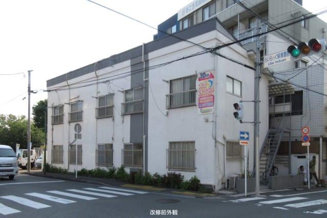 改修前の外観。1階2階各5戸の部屋があった築40年のアパート