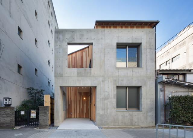 穴の開いたコンクリート外壁が、正面から見ると「田」の字形に見える斬新な外観デザイン