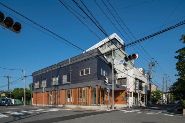 2階の窓の手すりや屋根にアパート時代の面影を残すものの、イメージががらりと変貌した