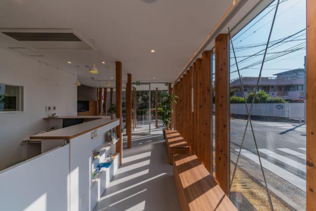 元アパートの横長のスペースを利用した待合スペース。大きな窓は、採光ととともに開放的な空間を演出している