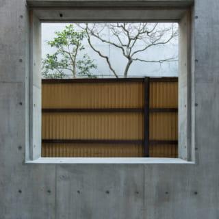 コンクリート外壁は、四方に穴を開けておくことで、将来的なリノベーションの際には開口部として、窓を付けることも可能に