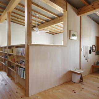 ホールの左手、スキップフロアを上がったところが主寝室。右側が子ども部屋 で引戸を完全に引き込みホールとつなげて使うこともできる