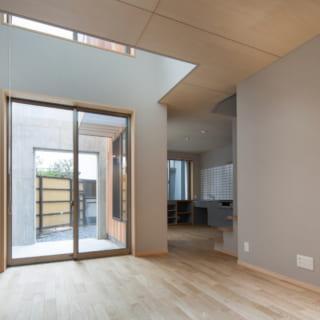 外のテラスとつながるリビングは、採光性をより高めるため、窓際に吹き抜けを設けている