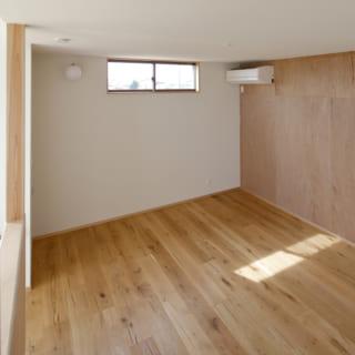 寝室は将来子ども部屋として利用することもイメージしてつくられた。ゆくゆくは仕切りを付けることも考えられて設計されている
