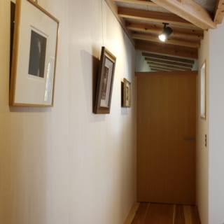 1階の寝室(フリールーム)手前に設けられた、小さなギャラリースペース。壁にはピクチャーレールが仕込まれている