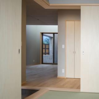 隣が玄関、斜め横にリビングもつながる和室。部屋の角から2面に付けた戸を開けておけばより開放感が広がり、光も届きやすくなる
