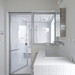 Ⅿさんの希望を取り入れた開放感のあるバスルーム。窓を開けても外から見えないつくりとなっている