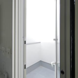 脱衣場からバルコニーにつながる扉。洗濯物を干す動線も考えられている