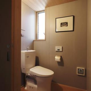 将来の2世帯住まいも視野に入れて広めに作られたトイレ。トイレはこちらとダイニング側の2か所設けられている