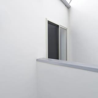 外から見たバスルームの窓。空を眺めながらのんびりとバスタイムを楽しめるのが嬉しい