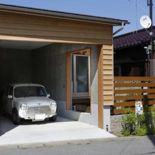 建物右手側にあるカースペース。木材を用いて柔らかい雰囲気に仕上がっている