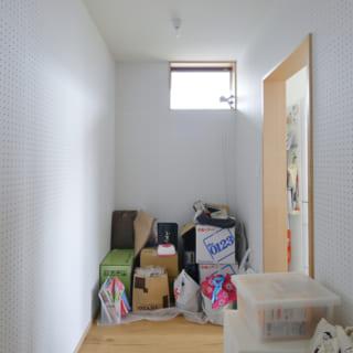 キッチン奥にあるパントリー。こちらも奥様が好きに使えるスペースを意図し、収納などはあえて置かれていない