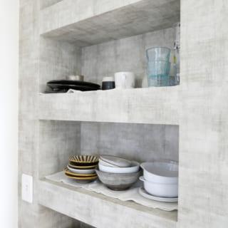 キッチン横の食器棚。あえて見せる収納にすることで、食器もインテリアの一部となっている